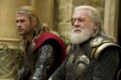 Chris Hemsworth ztratil pen�enku. Tohle pak provedl poctiv�mu n�lezci!